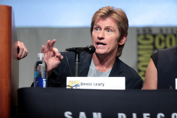 Denis Leary Admits He Knows He Looks Like Kellyanne Conway—And How He'll Take Advantage of It